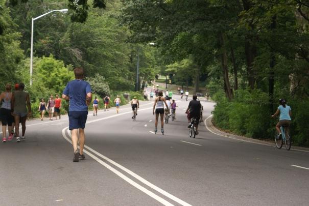 Como las calles estaban cerradas para los autos, el central park se llenó de gente trotando y andando en bici