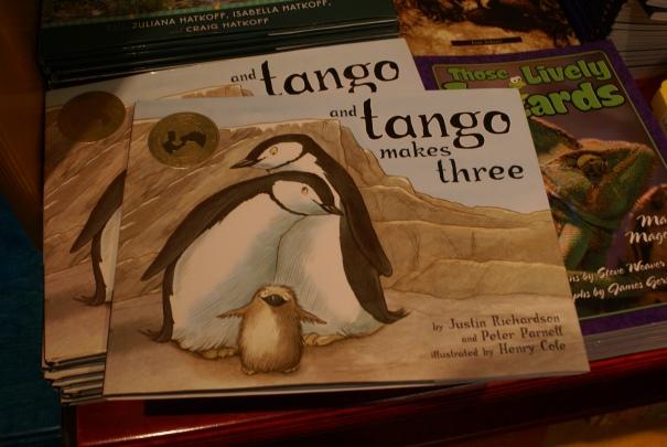 En la tienda del zoológico de la película Madagascar había un libro de pingüinos gays que nos recordaron mucho a Felipe Pesce