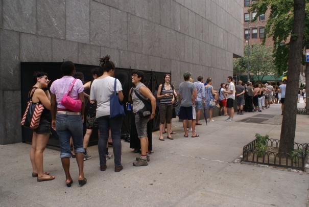 Si bien la fila para entrar al Whitney daba la vuelta a la esquina, estaba mucho más corta que la última vez que tratamos de entrar