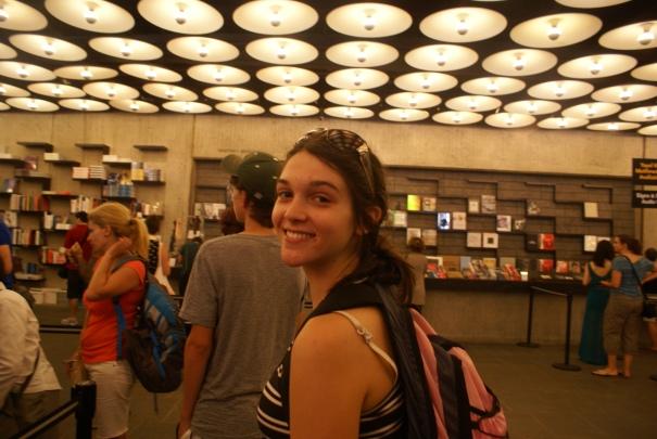 La Amalia adentro del Whitney. Como siempre, el giftshop muy bacán.