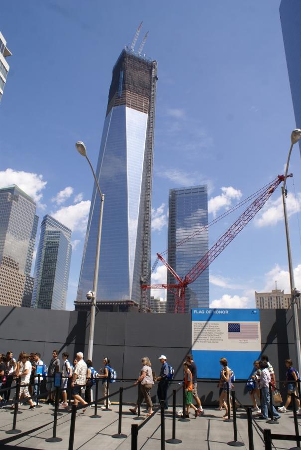 Mientras la amalia compraba pantones yo fui a comprar un chip para mi hermano Willy al financial district donde la fila para entrar al Ground Zero seguía igual que la última vez que fuimos.